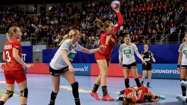 Kapitánka českých házenkářek Iveta Luzumová končí po jednom ze střetů s německými hráčkami v bolestech na zemi. Zranění jejího lokte mělo pro národní tým fatální následky.