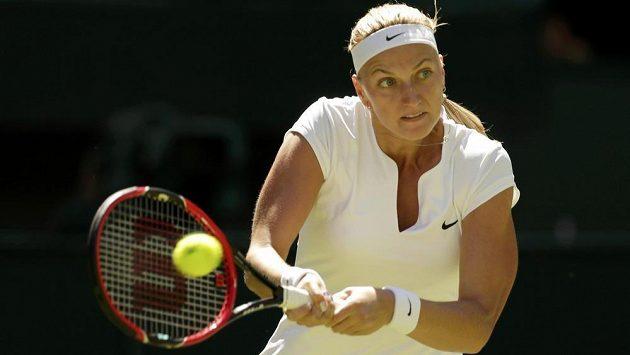 Petra Kvitová během zápasu 1. kola Wimbledonu proti Nizozemce Kiki Bertensové.