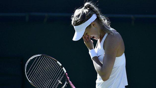 Trápící se Eugenie Bouchardová v prvním kole Wimbledonu.