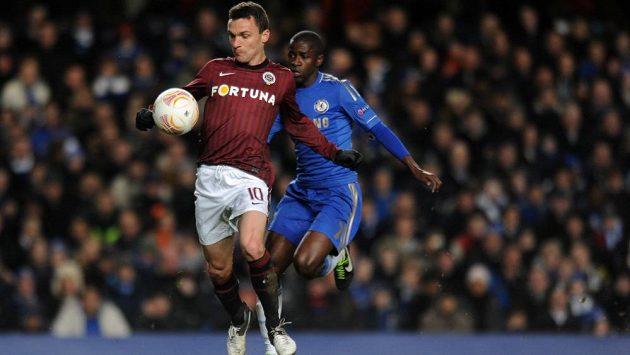 David Lafata (vlevo) si kryje míč před záložníkem Chelsea Ramiresem.