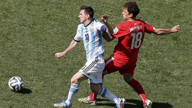 Švýcarský záložník Admir Mehmedi (vpravo) se snaží zastavit Argentince Lionela Messiho.