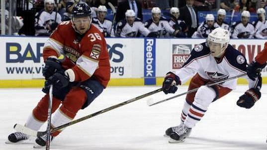 Finský útočník Jussi Jokinen (vlevo) ještě v dresu Floridy Panthers.