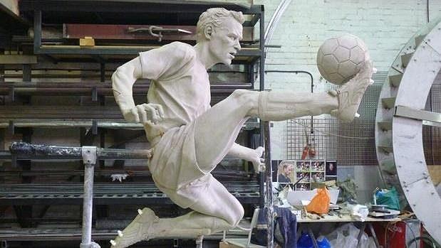 Socha slavného fotbalisty Arsenalu Dennise Bergkampa.