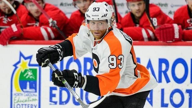 Jakub Voráček v dresu Philadelphie v utkání NHL proti Carolině.