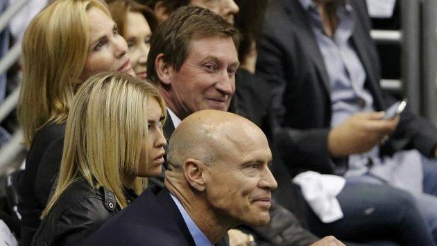 Wayne Gretzky s manželkou a dcerou na finále Králů s Ďábly. V popředí Mark Messier.