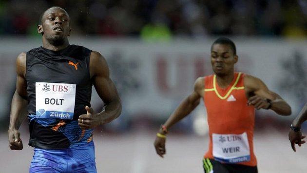 Jamajčan Usain Bolt (vlevo) si v Curychu dobíhá pro vítězství v závodu na 200 metrů.