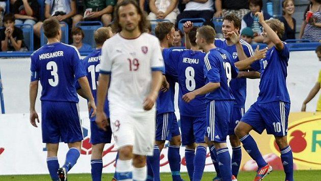 Radost finských fotbalistů po vedoucí brance v přátelském zápase s Českou republikou. V popředí zklamaný český záložník Petr Jiráček.
