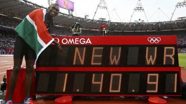 Keňský běžec David Lekuta Rudisha se fotí se svým novým světovým rekordem.