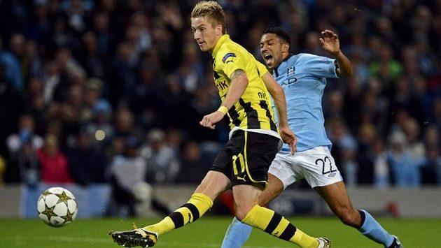 Marco Reus (vlevo) z Borussie Dortmund střílí gól německého mistra v duelu s Manchesterem City, Gaël Clichy už zasáhnout nestačil.