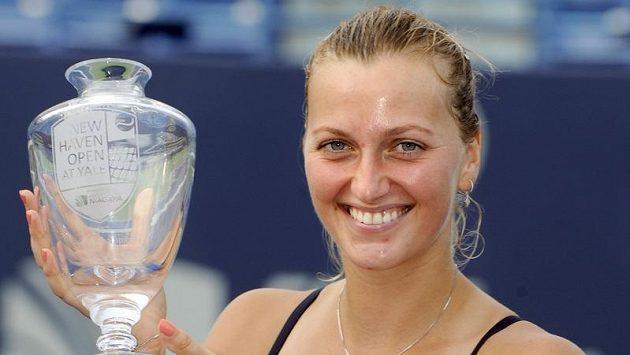 Petra Kvitová s trofejí pro vítězku turnaje v New Havenu.