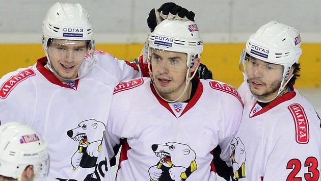 Útočník Čeljabinsku Jan Bulis (uprostřed) se na ledě pražského Lva radoval ze své trefy s Jevgenijem Kuzněcovem (vlevo) a Stanislavem Čistovem (vpravo).