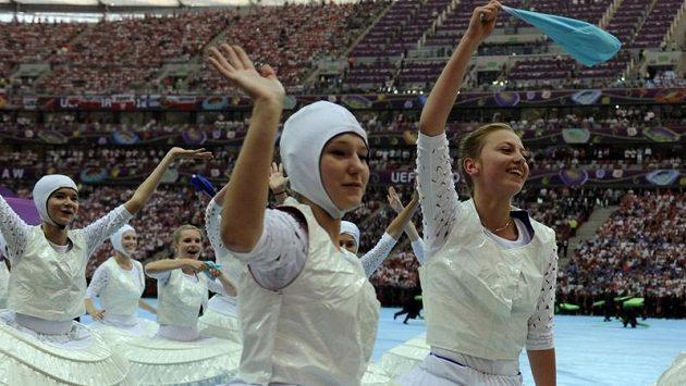 Tanečnice při slavnostním zahájení evropského fotbalového šampionátu ve Varšavě