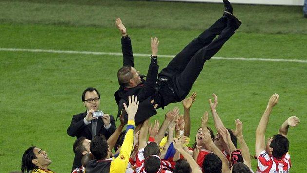 Kouč Atlétika Madrid Diego Simeone nad hlavami hráčů.