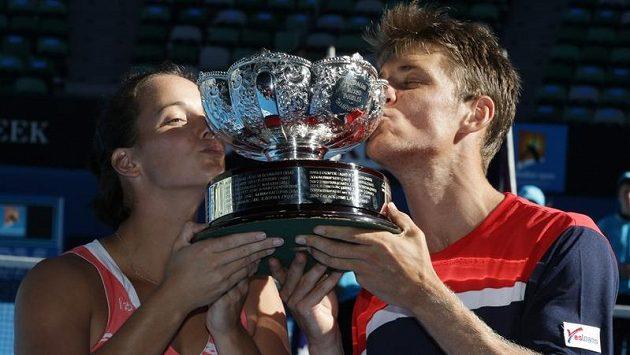 Australská dvojice Jarmila Gajdošová a Matthew Ebden s pohárem pro vítěze v Melbourne.