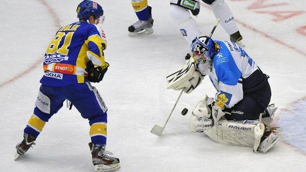 Petr Holík ze Zlína (vlevo) se snaží překonat plzeňského Adama Svobodu ve třetím čtvrtfinálovém duelu play-off.