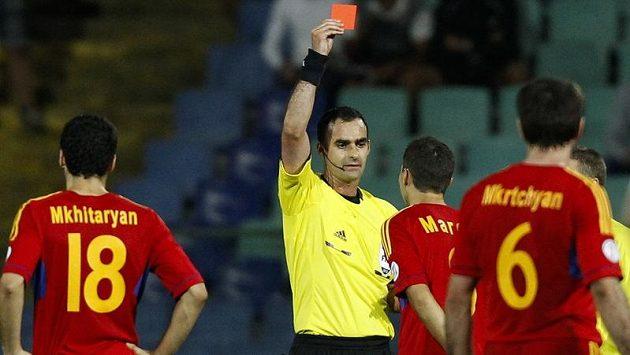Švýcarský sudí Stephan Studer ukazuje červenou kartu Arménci Marcosi Pinheirovi Pizzellimu