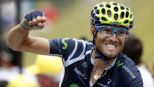 Triumfální gesto Alejandra Valverdeho v cíli 17. etapy Tour de France.