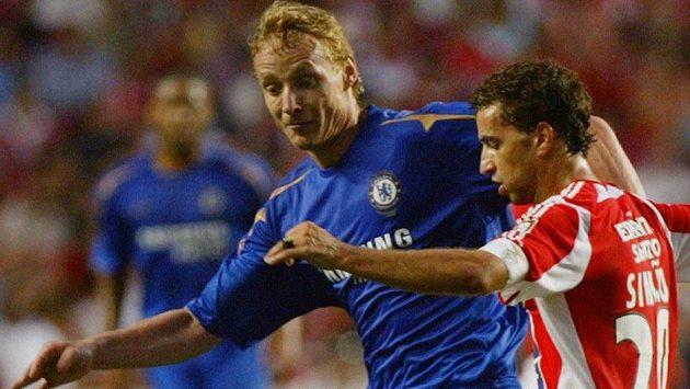 Jiří Jarošík (vlevo) na snímku z roku 2005 ještě jako hráč Chelsea v souboji se Simaem z Benfiky Lisabon.