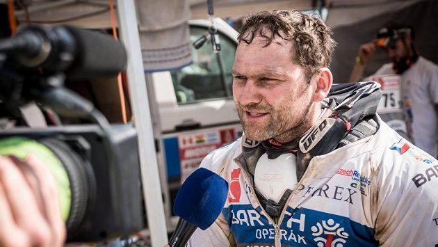 Motocyklista Rudolf Lhotský v rozhovoru s novináři.