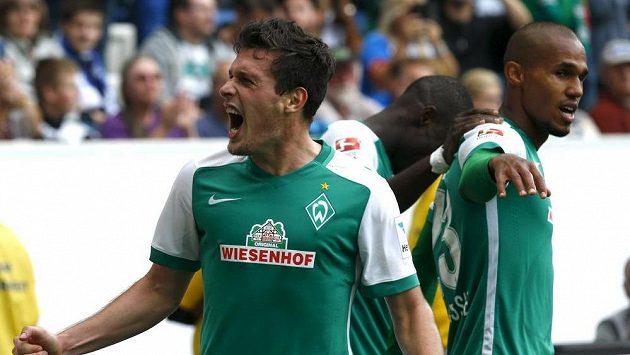Brémští Zlatko Junuzovic (vlevo) a Theo Gebre Selassie po gólu proti Hoffenheimu.