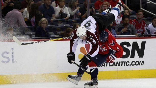 Matt Duchene z Colorada zažil leteckou vložku v NHL po střetu s Dimitrijem Orlovem z Washingtonu.