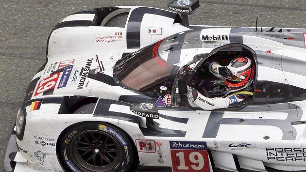 Nico Hülkenberg oslavuje za volantem prototypu Porsche triumf v závodu 24 hodin Le Mans.