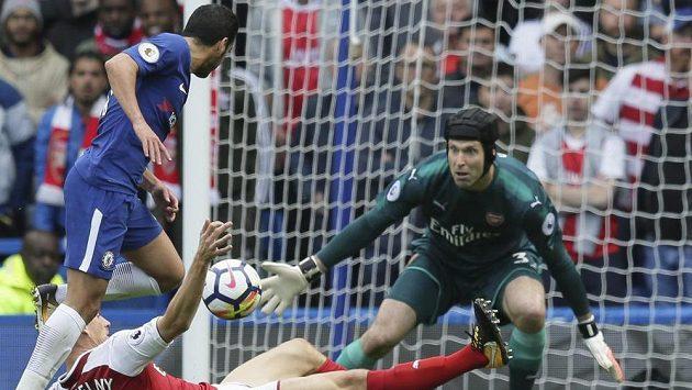 Gólman Arsenalu Petr Čech během derby proti Chelsea.