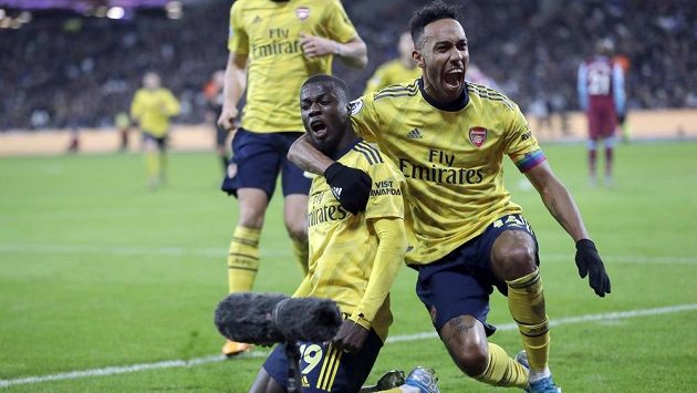 Radost Kanonýrů. Fotbalisté Arsenalu Nicolas Pepe (vlevo) a Pierre-Emerick Aubameyang slaví gól v síti West Hamu v utkání Premier League.