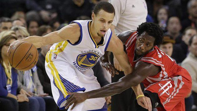 Stephen Curry (30) z Golden State Warriors a Patrick Beverley z Houston Rockets.
