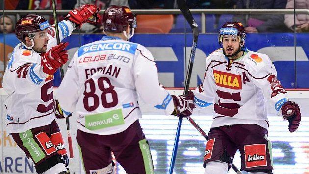 Lukáš Pech (vpravo) ze Sparty se raduje se spoluhráči (zleva) Robertsem Bukartsem a Miroslavem Formanem proti Hradci Králové.