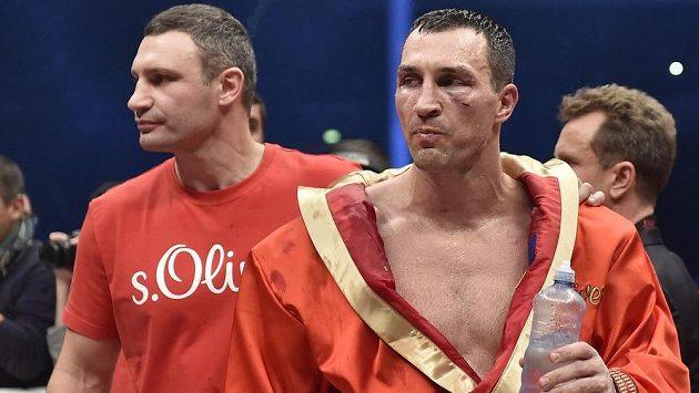 Vladimir Kličko (vpravo) přišel v souboji s Tysonem Furym o všechny mistrovské pásy. Pohled na slavícího Brita nebyl příjemný ani pro jeho bratra Vitalije.