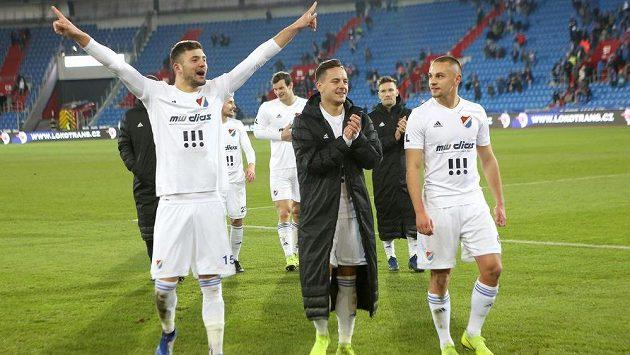 Fotbalisté Baníku (zleva) Patrizio Stronati, Daniel Holzer a Denis Granečný po výhře nad Bohemians.
