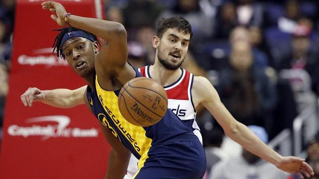 Myles Turner z týmu Indiana Pacers ztratil v utkání NBA míč po souboji s Tomášem Satoranským z Washingtonu Wizards.