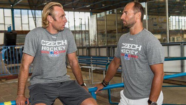 Asistent trenéra hokejové reprezentace Václav Prospal (vlevo) a generální manažer týmu Martin Ručinský na kempu hokejové reprezentace v Rokycanech.
