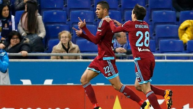 Útočník Realu Sociedad Jonathas (vlevo) slaví se spoluhráčem Mikelem Oyarzabalem gól proti Espaňolu Barcelona.