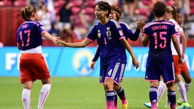 Japonské fotbalistky slaví vítězství nad Švýcarskem.