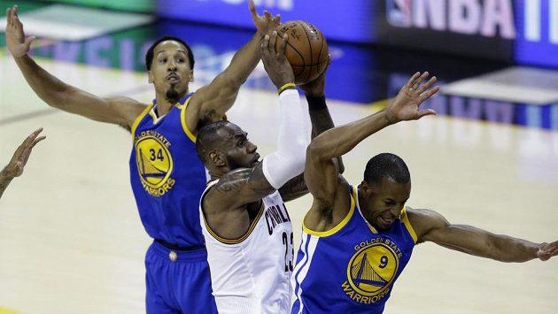 Hvězdný basketbalista Clevelandu Cavaliers LeBron James (v bílém) nezastavil rozjetý tým Golden State Warriors ani ve třetím finále NBA. Cleveland prohrává 0:3 na zápasy.