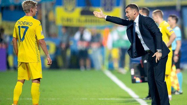 Olexandr Zinchenko a trenér Ukrajiny Andrej Ševčenko během utkání Ligy národů v Uherském Hradišti.