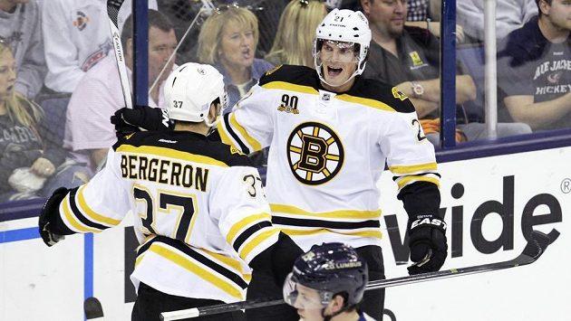 Útočník Bostonu Loui Eriksson (vpravo) se raduje se spoluhráčem Patricem Bergeronem ze vstřelení gólu do sítě Columbusu.