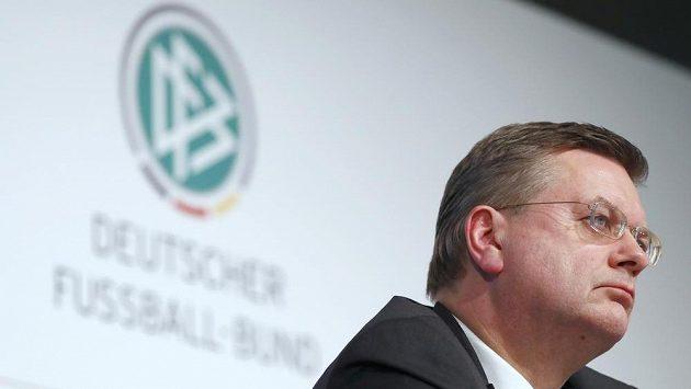 Prezident německého fotbalového svazu Reinhard Grindel představuje zprávu advokátní společnosti Freshfields ohledně možné korupce před volbou pořadatele MS v roce 2006.