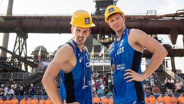 Ondřej Perušič (vlevo) a David Schweiner pózují s helmami, které v Ostravě dostávali medailisté.