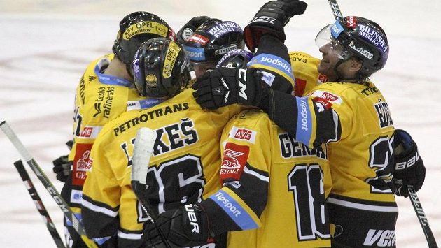 Hokejisté Litvínova oslavují vstřelený gól v zápase s Brnem.