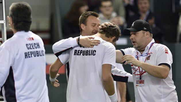 Radost českého realizačního týmu po výhře Tomáše Berdycha nad Stanislasem Wawrinkou.