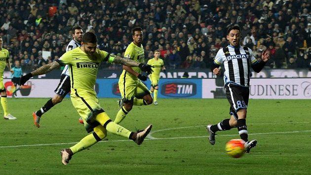 Mauro Icardi (vlevo) střílí gól Interu Milán v ligovém utkání s Udine.