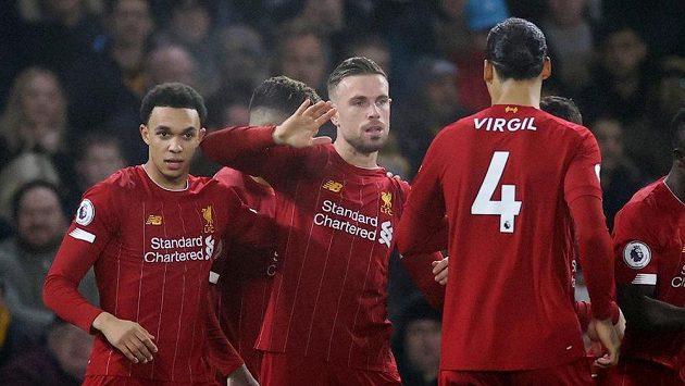 Fotbalisté Liverpoolu se radují z gólu proti Wolverhamptonu.