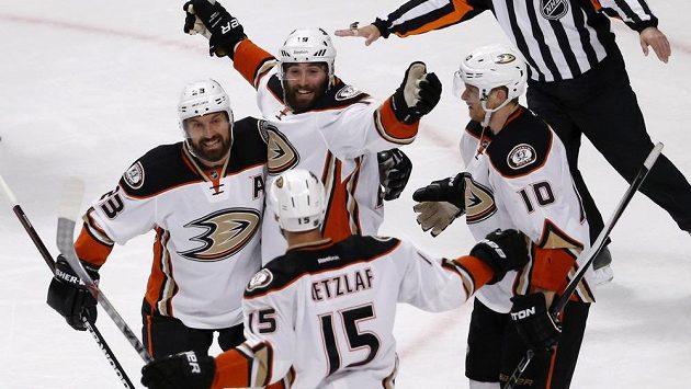 Hokejisté Anaheimu (zleva) Francois Beauchemin, Patrick Maroon, Corey Perry a Ryan Getzlaf (15) se radují z rozhodujícího gólu ve třetím utkání finále Z8padní konference play off NHL.