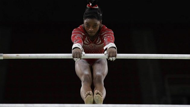 Gymnastka Simone Bilesová měří 145 centimetrů, nejmenší sportovkyní na olympiádě však není. trains on the uneven bars ahead of the 2016 Summer Olympics in Rio de Janeiro, Brazil, Thursday, Aug. 4, 2016. (AP Photo/Rebecca Blackwell)