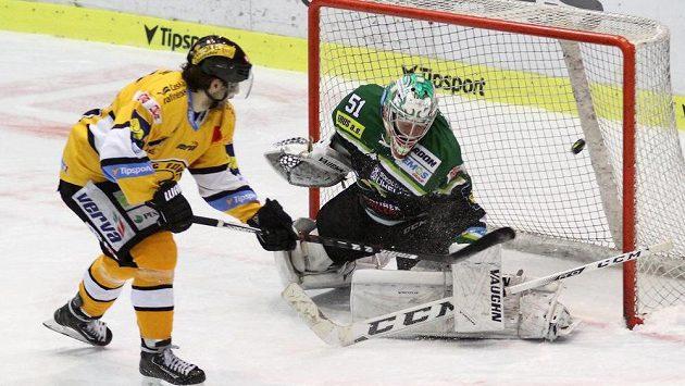 Litvínovský útočník Robin Hanzl střílí vítězný gól karlovarskému brankáři Vladislavovi Habalovi.
