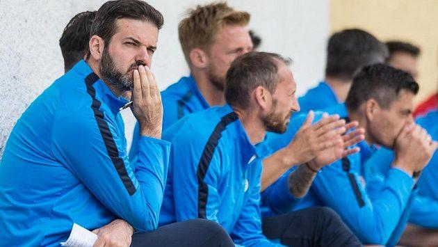 Trenér fotbalové Sparty Andrea Stramaccioni (vlevo) a jeho realizační tým během přípravného utkání s Karlovými Vary.