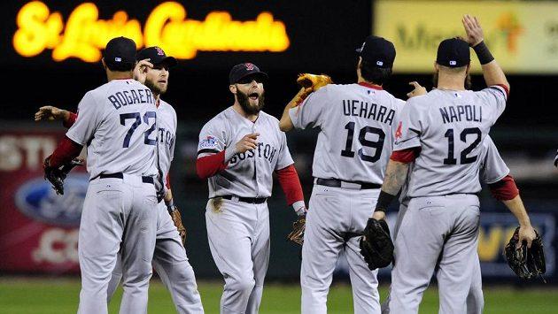 Baseballisté Bostonu se radují z výhry nad St. Lous.